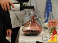 A aeração do vinho, consiste em oxigená-lo para que sofra reações e libere de forma mais intensa o seu aroma e sabor.