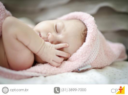Imagem de um bebê extremamente saudável dormindo tranquilamente