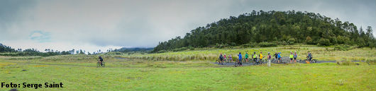 Pessoas fazendo ciclismo rural