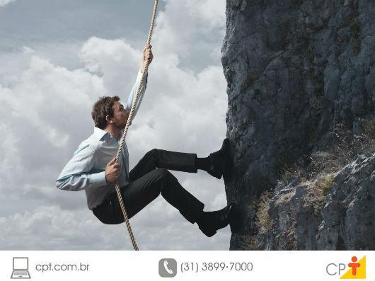Pessoa escalando uma muralha