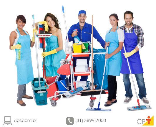 Equipe de trabalho de uma empresa de limpeza com seus equipamentos e ecessórios