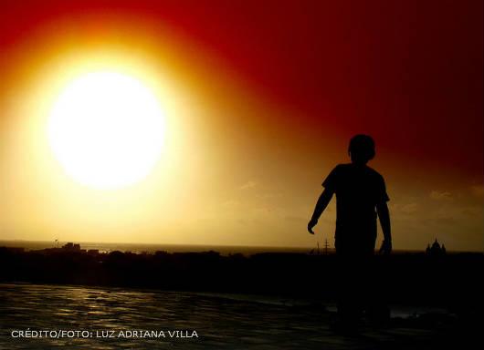 pessoa tomando banho de sol