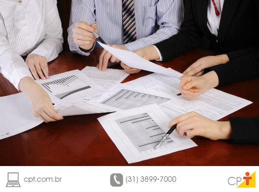 Cliente estudando os valores do imóvel apresentados em planilhas