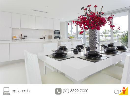 cozinha lindamente decorada para ser apresentada ao comprador