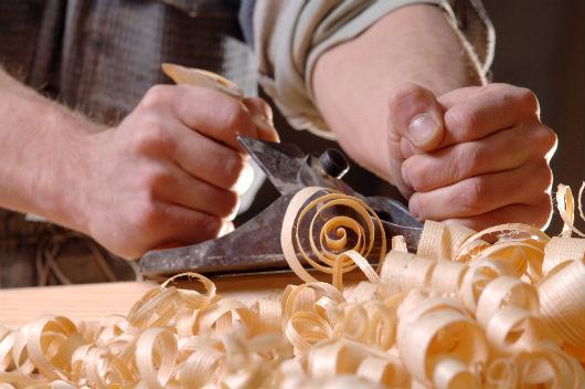 marceneito trabalhando e produzindo resíduos de madeira