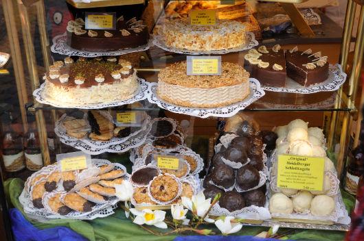 doces expostos em uma vitrine