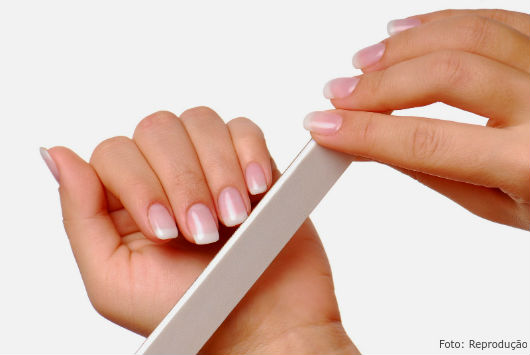 Mantenha a lixa em posição sempre reta e passe-a nas unhas para acertá-las - Dicas CPT