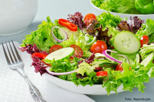 Coma muita salada e abra mão do excesso de carboidratos.