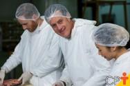 Abatedouro de frangos: vestimenta e higiene pessoal dos funcionários