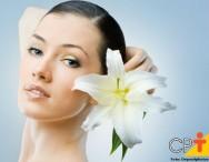 Flores nos cabelos: aprenda a usá-las com 6 dicas