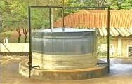 O batelada é o tipo mais simples de ser construído, composto apenas pela câmara de biodigestão cilíndrica e pelo gasômetro móvel.