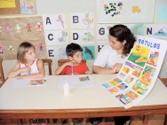 """Muitas crianças utilizam-se de livros, revistas, jornais, gibis, rótulos, entre outros, para """"ler"""" o que está escrito"""