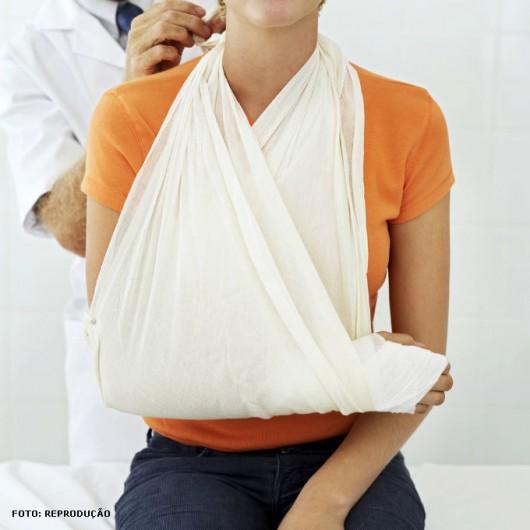 Se um braço ou uma perna tiver sido atingido, coloque uma tala (ou alguma coisa firme que possa servir de tala) na parte afetada
