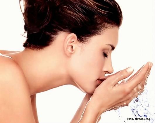Enxágue a boca com água morna levemente salgada, para retirar qualquer resíduo de alimento