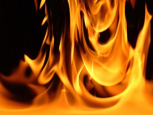 Se as roupas da vítima estiverem pegando fogo, abafe as chamas com um cobertor, casaco, etc. Não retire a roupa presa ao corpo. Chame a ambulância.