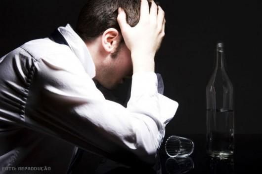 Em caso de intoxicação por álcool, chame o serviço de resgate