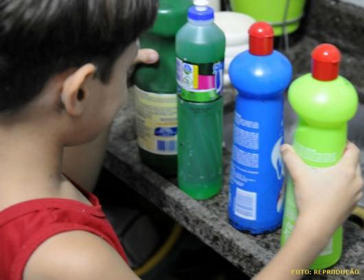 Se ingeridos, produtos de limpeza, medicamentos e pesticidas causam envenenamento