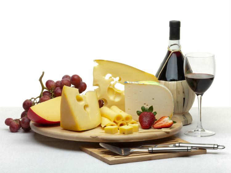 Comércio de queijos e vinhos: dicas para começar o negócioNo comércio de queijos e vinhos, é essencial a capacitação do empreendedor e dos funcionários