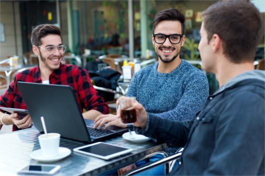 Grupo de amigos sentados tomando um café