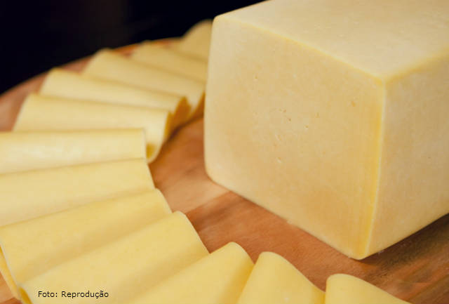 Aprenda a fazer queijo prato em 5 passos