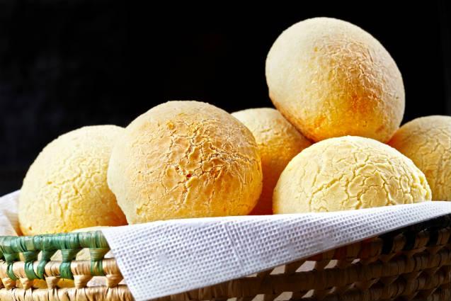 Receita de pão de queijo recheado com queijo e goiabada