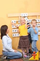 O teatro na Educação Infantil é um grande jogo dramático em que, brincando, as crianças testam a coragem e o medo