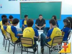 O trabalho em grupo, com o objetivo de promover a aprendizagem cooperativa, normalmente, é proposto em situações mais formais de trabalho na sala de aula