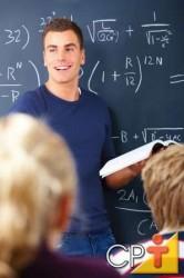 O professor propõe o problema, estabelece limites de tempo, providencia a quantidade de orientação que deseja, faz perguntas, seleciona estudantes para responder