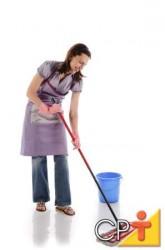 Para fazer a remoção de ceras velhas e desgastadas, deve-se, primeiramente, espalhar sobre o piso um removedor de ceras, o qual deverá estar diluído em água, conforme orientações do fabricante