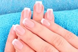 As unhas ficam parecendo naturalmente limpas, sem nenhum esmalte. Foto: Reprodução