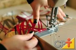 A máquina galoneira é usada para costuras decorativas e acabamentos na parte externa da peça