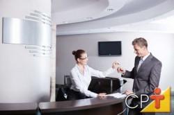 O hotel fazenda deverá ter pelo menos duas pessoas para atuar como recepcionistas, sendo tais pessoas responsáveis pelo atendimento aos clientes