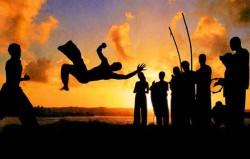 A capoeira é uma atividade que pode ser considerada tanto uma dança como uma luta