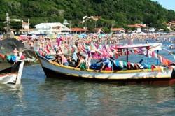Muitos barcos e milhares de fieis participam dessa procissão no rio