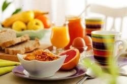 O café da manhã é uma das refeições mais importantes do dia, coma frutas e tome suco natural