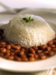 Na proporção de uma medida de feijão para duas de arroz, os aminoácidos quem faltam em um são encontrados no outro. Foto: Reprodução
