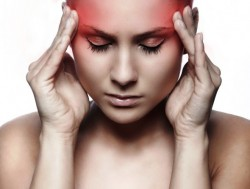A enxaqueca pode causar náuseas, pulsação anormal no pescoço, dores no abdome e no peito, mal-estar