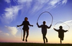 Em pé, pernas paralelas, braços flexionados e segurando as duas pontas da corda. Gire a corda e salte com ambos os pés, aterrissando com a ponta dos pés. Foto: Reprodução