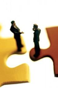 A relação de sociedade tem como vantagem a fortificação do negócio.