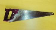 O serrote comum é usado para destacar, decepar ou cortar a madeira transversalmente ou longitudinalmente ou no sentido das fibras