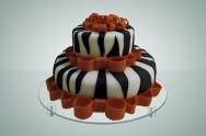 Você poderá usar a criatividade e decorar o seu bolo com fitas, laços, saltos, maquiagens e flores, por exemplo.
