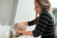 Ao menor sinal de alergia à tintura, lave imediatamente os cabelos retiranto todo o produto do couro cabeludo