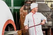 As pás podem ser metálicas, feitas em chapas de aço ou de madeira e são utilizadas para levar as massas ao forno para assar