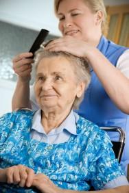 Cultive a vaidade em seus idosos, por meio do uso de adornos, roupas limpas e cheirosas, perfumes, entre outros