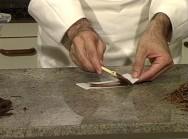 Passe uma pequena camada de chocolate no papel e leva à geladeira por alguns minutos