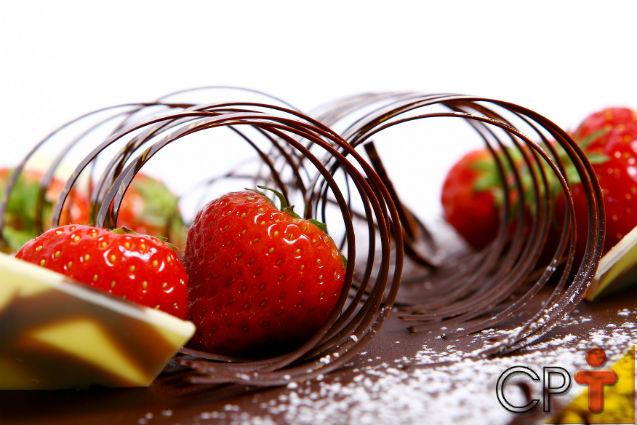 Bolos e tortas - como fazer raspas de chocolate para decorar   Artigos Cursos CPT
