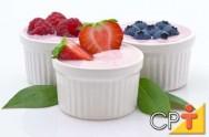 O iogurte tem o sabor mais acentuado quando misturado com frutas, mel, granola, uvas-passas ou farinha de linhaça.