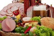 Fora de ambientes refrigerados, as bactérias se desenvolvem e é por isso que alimentos cozidos, como as salsichas e embutidos, estragam