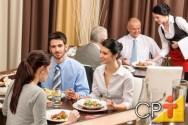 No serviço franco-americano ou empratado, os pratos são montados na cozinha e servidos ao mesmo tempo.