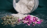 O uso de plantas medicinais para a produção de cosméticos não agride o meio ambiente e não provoca alergias.